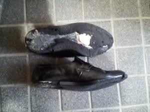 大破した靴
